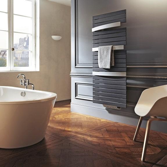 photo salle de bain avec sèche-serviettes gris
