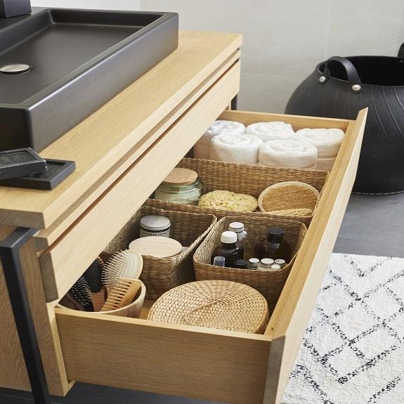 photo accessoires de salle de bain rangés dans un tiroir