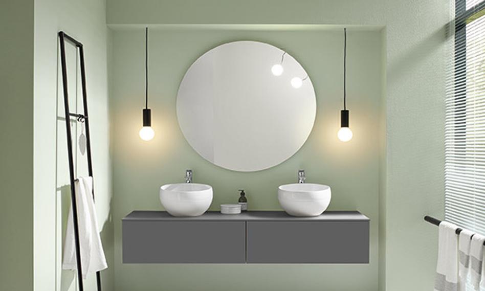 Salle de bain minimaliste aux murs vert clair Envie de salle de bain, avec miroir rond