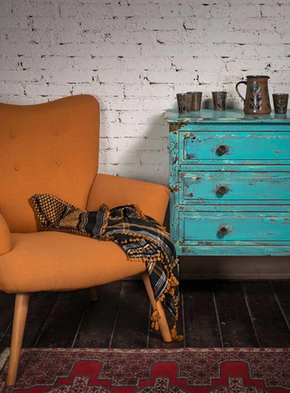 Fauteuil et meuble vintage