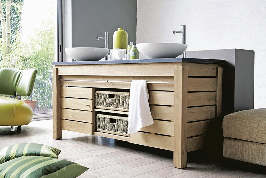 meuble en teck Line Art avec paniers et 2 vasques dans une salle de bain donnant sur un jardin