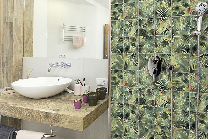 carrelage de douche jungle vert Barwolf de CEDEO à côté d'un plan de travail en bois