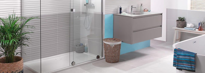 Salle de bain et cuisine : baignoire, douche, WC, lavabo ...